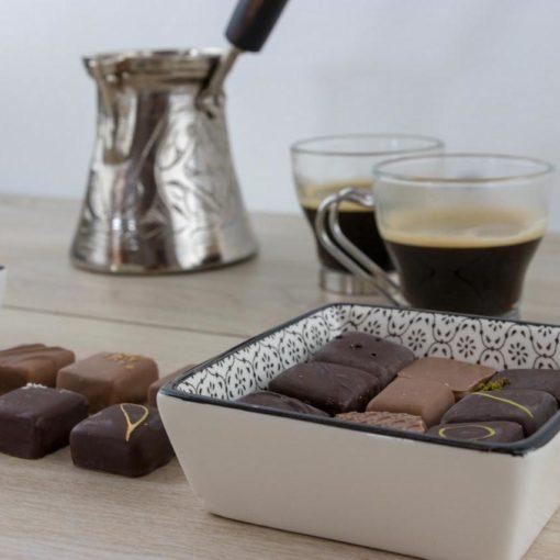 Un assortiment de chocolats fins pour accompagner votre café